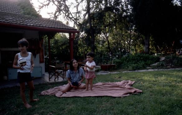 על הדשא בבית הישן של ההורים. לפני משהו כמו שלושים וחמש שנה
